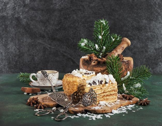 Torta al miele guarnita con scaglie di cocco. cibo dolce