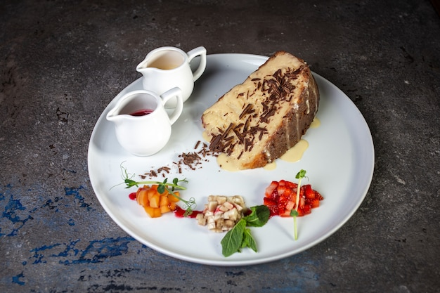 Torta al miele con gocce di cioccolato in un caffè su un piatto bianco