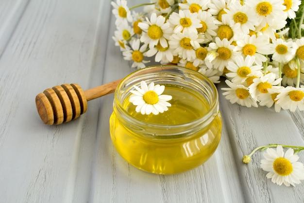 Miele e camomilla sulla superficie grigia