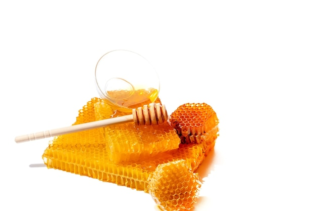 Mestolo di miele e ciotola di miele isolato su priorità bassa bianca. miele d'api naturale.