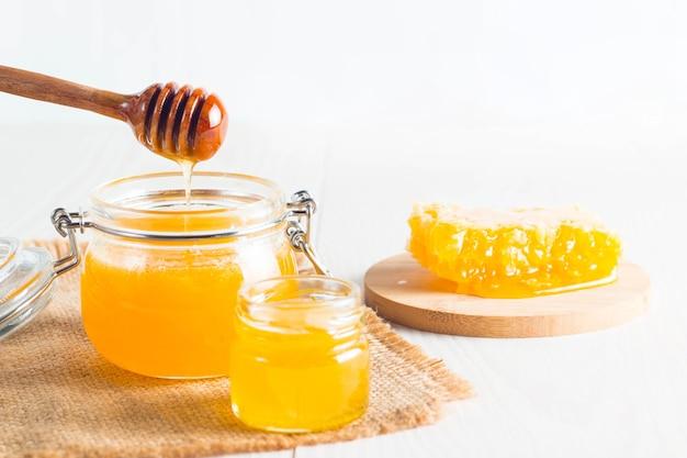 Mestolo di miele e favo. noci e mele con miele e noci di vario genere