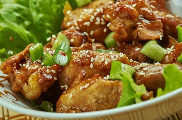 Bocconcini di maiale al forno con aglio e miele, condisci il maiale a cubetti con sale e pepe, cipolla e olio d'oliva.
