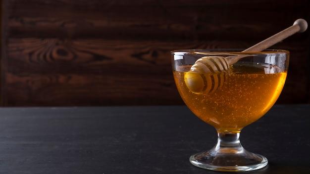 Miele in una ciotola di vetro. copyspace