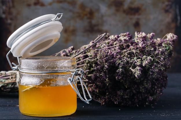 Miele ed erbe curative per la medicina popolare, concetto di etnoscienza