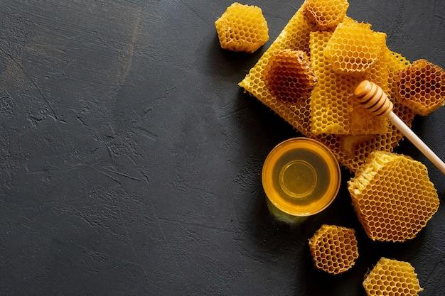 Miele con favo sulla tavola nera