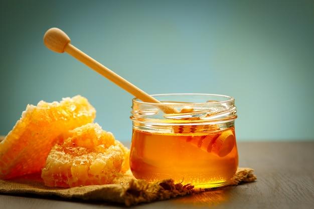 Miele con mestolo di legno miele sul tavolo di legno