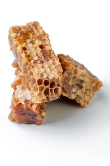 I paci a nido d'ape si chiudono su isolato su bianco