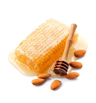 Pezzo a nido d'ape miele con mandorle noci. cibo salutare. favo.