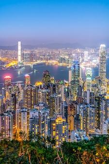 Vista notturna dell'orizzonte del paesaggio architettonico di hong kong