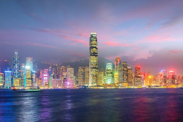 Orizzonte della città di hong kong nel panorama della cina dall'altro lato del porto di victoria.