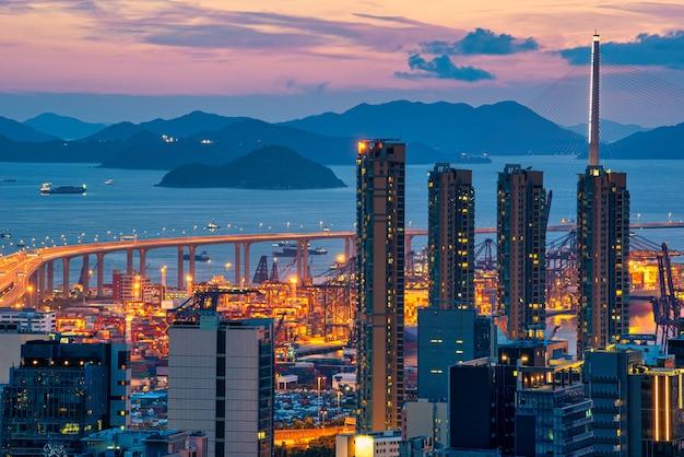 Skyline della città di hong kong all'alba vista dal picco di montagna.
