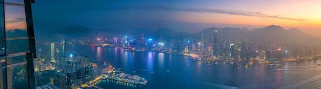 Orizzonte della città di hong kong con vista sul porto victoria al crepuscolo dalla vista dall'alto