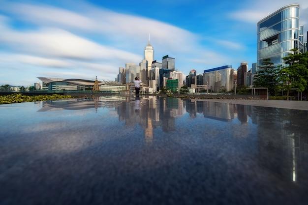 Costruzione di paesaggio urbano di hong kong che ha presa indefinita foto