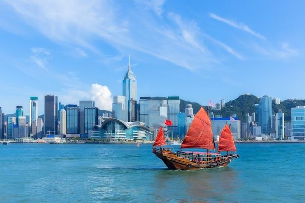 Porto di hong kong con la barca di rifiuto