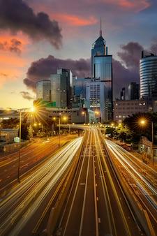 Paesaggio urbano di torri e strade di hong kong