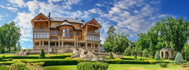 Honka o la principale casa in legno nella residenza mezhyhirya, kiev, ucraina, in una soleggiata giornata estiva