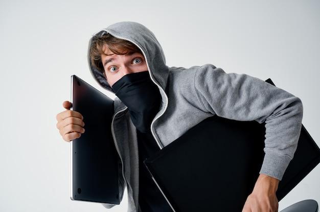 Uomo incappucciato maschera furto di tecnologia illegale bullo di penetrazione