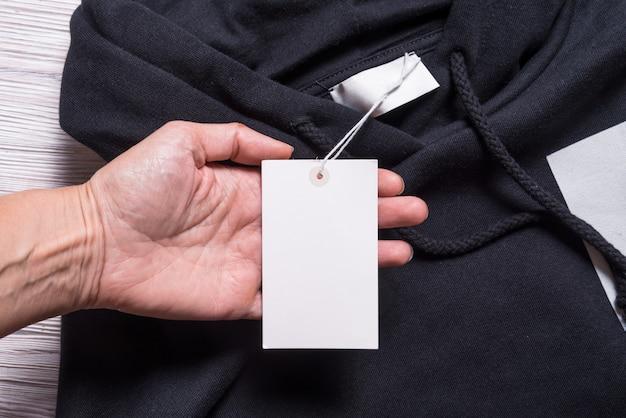 Felpa con cappuccio con etichetta in carta, cartoncino