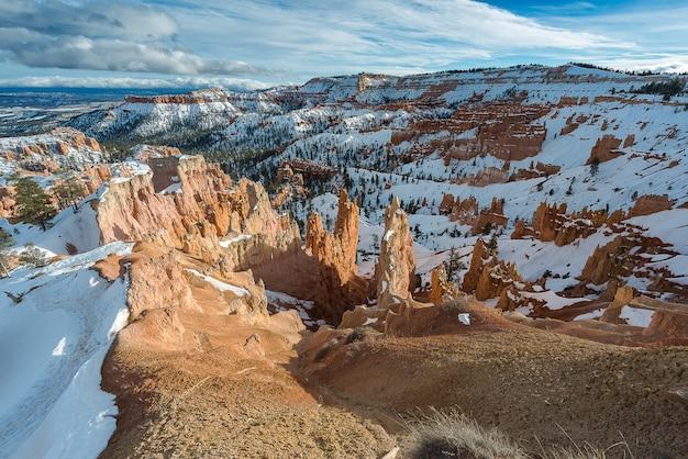 I hoodoos del bryce canyon nell'utah durante l'inverno