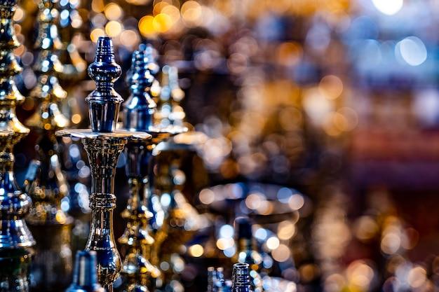 Ciotole di narghilè in vetrina nel negozio di souvenir, su sfondo sfocato