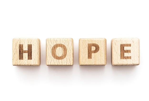 Parola di speranza dai cubi di legno isolati su bianco, immagine di concetto sulla speranza e sulla fede