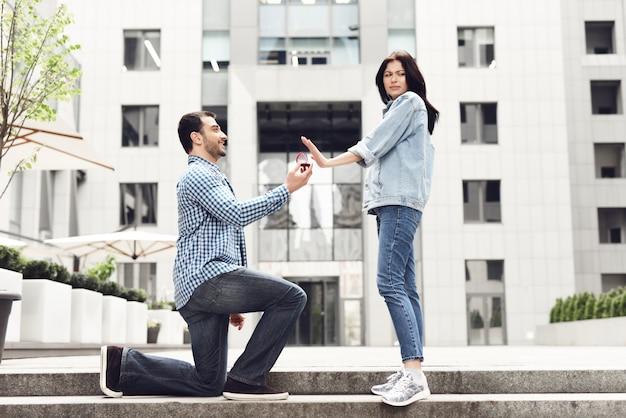 Il ragazzo promettente offre i rifiuti della ragazza disgustata dell'anello.