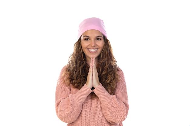 Promettente donna con cancro che indossa una sciarpa rosa premurosa isolata su un muro bianco