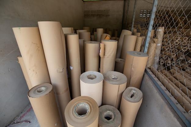 Asse carta orizzontale in attesa di essere utilizzato nella produzione in fabbrica.