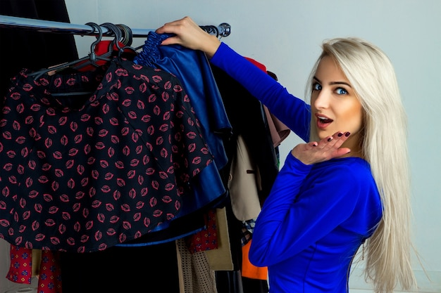 Ritratto orizzontale di giovane bella ragazza sorpresa nel negozio di abbigliamento