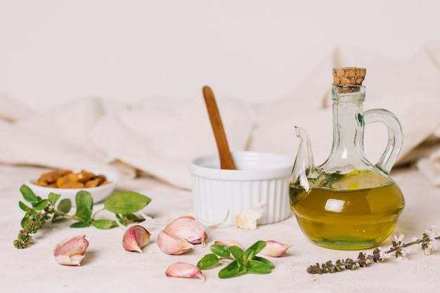 Colpo orizzontale di olio d'oliva con aglio e rosmarino