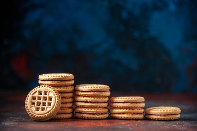 Vista orizzontale di deliziosi biscotti impilati in numeri diversi su sfondo di colori misti