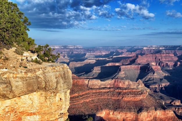 Vista orizzontale del famoso grand canyon all'alba, arizona, stati uniti