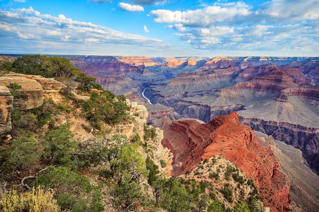Vista orizzontale del grand canyon con la luce del mattino, usa