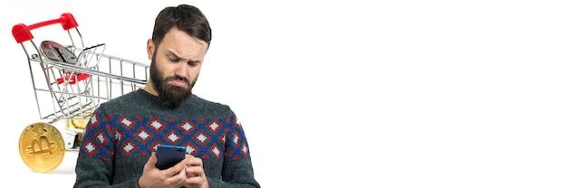 Striscione bianco orizzontale con un uomo che fa acquisti online per lo scambio di criptovaluta cestino alimentare