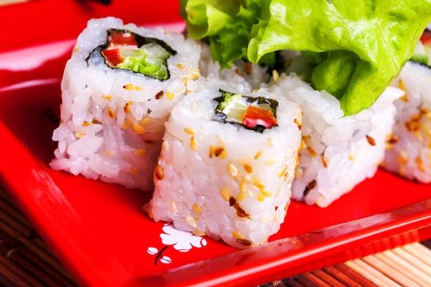 Foto orizzontale del rotolo di verdure su un piatto rosso