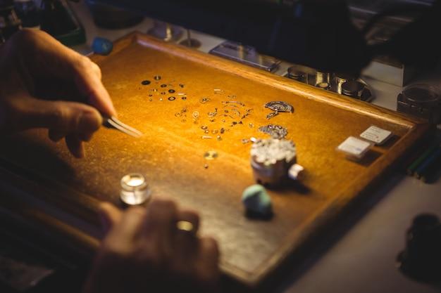 Orologista che ripara un orologio
