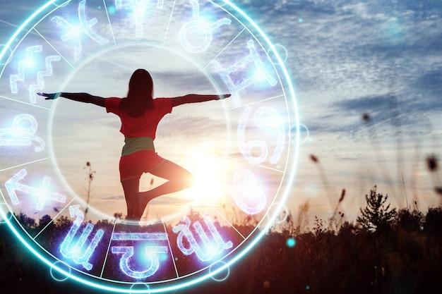 Concetto di oroscopo, ragazza sullo sfondo di un cerchio con i segni dello zodiaco, astrologia. consultazione con le stelle.