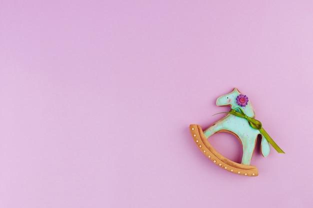 Pan di zenzero del cavallo sulla viola con lo spazio della copia