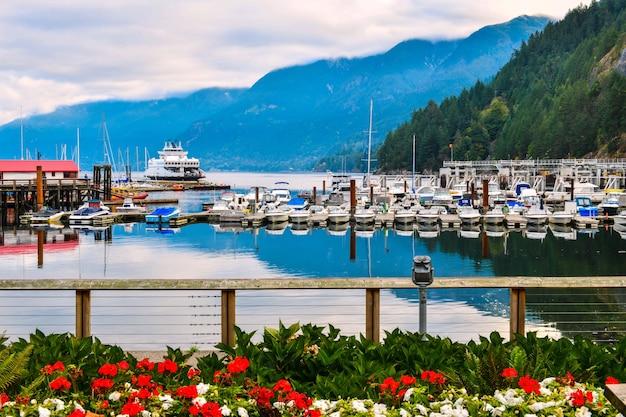 Baia a ferro di cavallo porto di vancouver parcheggio di barche e yacht bc canada