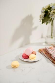 Bouquet di hortensia con macarons francesi alla luce del sole. affari femminili e lifestyle e concetto di lavoro da casa.