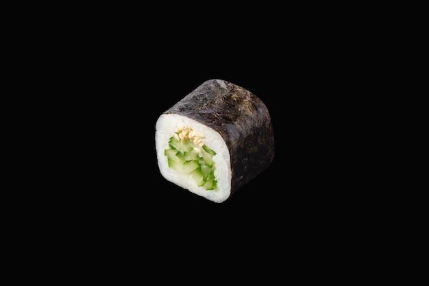 Rotolo di hosomaki con cetriolo e sesamo isolato su fondo nero