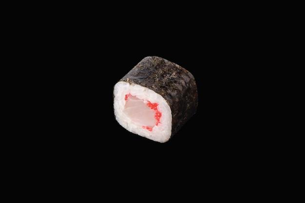 Rotolo di hosomaki con pesce persico e caviale rosso isolato su fondo nero