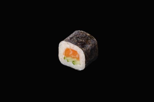 Rotolo hosomaki con salmone e cetriolo isolato su fondo nero