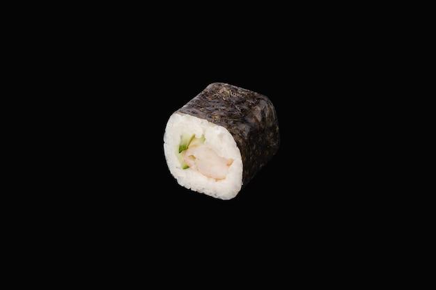 Rotolo hosomaki con gamberetti e cetriolo isolato su fondo nero
