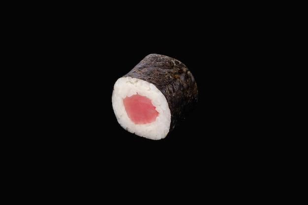 Rotolo di hosomaki con tonno isolato sul nero