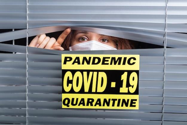 Quarantena ospedaliera o isolamento del paziente in piedi da solo nella stanza con speranza per il trattamento del coronavirus covid-19 pandemia