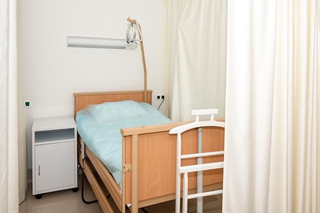 Reparto ospedaliero con letto e attrezzatura medica