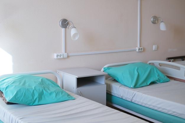Reparto ospedaliero con letti