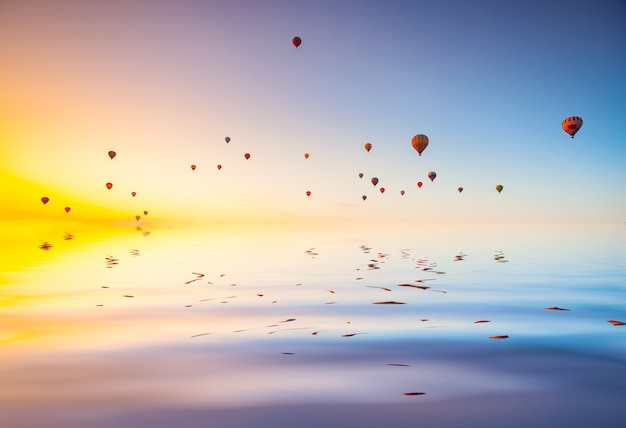 Mongolfiere nel cielo al tramonto