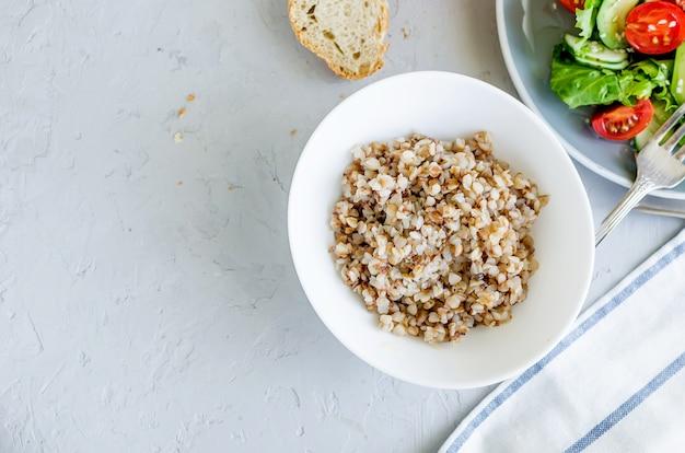 Porridge di grano saraceno caldo con burro fuso nel piatto